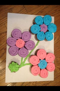 Flower cupcakes 1st Birthday Girls, 1st Birthday Parties, Summer Birthday, Birthday Celebration, Birthday Ideas, Birthday Cake, Flower Cupcake Cake, Cupcake Frosting, Cupcake Arrangements