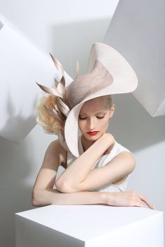 Philip Treacy is the artist of this curvy, smart fascinator/hat. my eye was caught by the curves of this hat which creates a very mature look. Chapeaux Pour Kentucky Derby, Kentucky Derby Hats, Royal Ascot, Fancy Hats, Big Hats, Crazy Hats, Stylish Hats, Church Hats, Wearing A Hat
