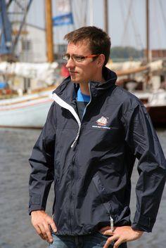 Praktische Regenjacke mit Schiffsprint #hansesail #style #fan #segeln #maritim #merchandise #trend #fashion #accessoires #shirt #cap #sail #sailing #rostock
