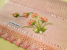 This Pin was discovered by iri Hand Embroidery Tutorial, Hand Embroidery Stitches, Silk Ribbon Embroidery, Machine Embroidery Designs, Embroidery Patterns, Nursery Crafts, Embroidery Online, Brazilian Embroidery, Satin Flowers