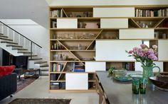בסלון או בפינת האוכל, גבוה או נמוך, מעץ או מגבס - 10 ספריות יפות שהיינו שמחים לאמץ לביתנו