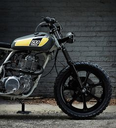 Our latest custom motorbike crush is one of our favorite builds up to date, a 1978 Yamaha SR500 converted into a masterpiece by Chicago-based Powder Monkees. The bike was built in collaboration with Federal Moto, it was stripped to its essentials, fi