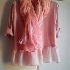 Precioso pañuelo enorme combinado con blusa en rosa de seda y algodón.