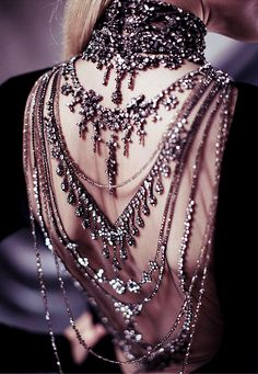 dress open back jewelry jewels backlace necklace chain jewelled dress ralph lauren silber grey bling crystals elegant chic black Look Fashion, Fashion Details, Womens Fashion, High Fashion, Gothic Fashion, Fashion Beauty, Fairytale Fashion, Couture Details, Couture Fashion