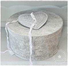 Hoedendoos met reliëfbehang, gepatineerd met Abbondanza krijtverf 'Driftwood'.  http://verftechnieken.blogspot.com