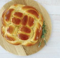 A classic Jewish Challah bread with Its characteristic braids makes it one of the most beautiful breads, but it's also one of the tastiest. Slightly sweet, this light and feathery Challah bread will go well with any meal, whether sweet or salty Challah, Quick Bread, Baking Recipes, Breads, Vegetarian, Tasty, Homemade, Classic, Sweet