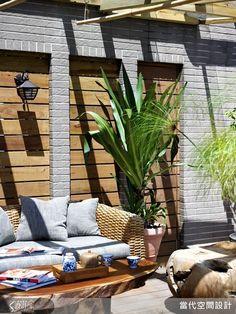 在玻璃棚頂的蔽護之下,不用擔心風吹雨淋,可以盡情而安心搭配風格獨特的木質家具與藤編沙發,營造濃濃的渡假風情!