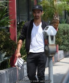 Joe Jonas Goes shopping on Melrose Ave in Hollywood http://icelebz.com/events/joe_jonas_goes_shopping_on_melrose_ave_in_hollywood/photo1.html
