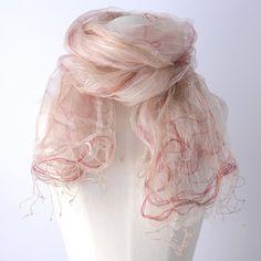 【DIANA】シャリシャリ感のあるシルクの生地を2枚重ね合わせた、天女の羽衣のようなストール。  生地と生地の間に入っているピンクの糸で、立体感のあるアイテムに仕上がっています。