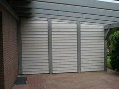 Terrassenüberdachung aus grau lackiertem Holz und Glasdach. Eine Seite ist Wind- und Blickdicht geschlossen. Garage Doors, Gardening, Outdoor Decor, Home Decor, Patio, Glass Roof, Grey, Homes, Lawn And Garden