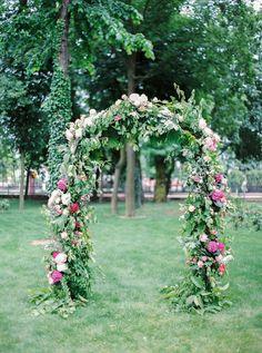 Bramka ślubna. Łuk z kwiatów. Dekoracja ślubu w plenerze. Hortensje, dalie, róże. Wedding arch. www.flowerstories.pl