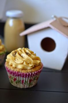 Mohn-Cupcakes mit Kirschfüllung und Eierlikör-Buttercreme