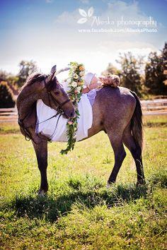 #horsewedding, #bride, #vintagewedding, #horse, #wedding, #vintage, #farm, #alieskaphoto, #flower, #weddingflower, #nature, #equestrian