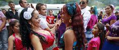 Dos chicas romaní bailan durante una fiesta en Costesti, a 210 kilómetros de Bucarest (Reuters).