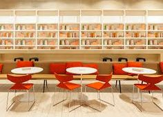 Warme zandkleuren met oranje, witte vloer maakt het fris en modern