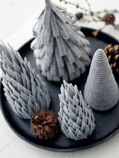 Har du begynt å forberede pyntingentil advent ennå? Se på disse søte juletrærne er laget av filt og styroporkjegler. De kan jo ogsålages av grønn filt, men jammen er de ikke herlige ogsåi grått…