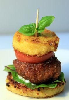 Polenta, tuo Italian keittiön kuuluisa maissista tehty mannapuuro, on loistava lisukevaihtoehto pastan, perunamuusintai risoton sijaan. Valmiista polentasta voi myösmuotoilla kroketteja tai jähmettää sen levyksi, josta saa leikattua lisukepalasia ja paistaa ne pannulla rapeiksi. esm. Polenta-rapuburgerit