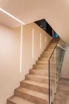 Staircase Lighting Ideas, Stairway Lighting, Staircase Wall Decor, Basement Lighting, Home Stairs Design, Stair Railing Design, Home Room Design, Modern Bedroom Design, Led Stair Lights