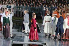 """Svētdien, 30. jūnijā, Dziesmusvētku parkā Viesturdārzā notika Dziesmu un deju svētku atklāšanas pasākums ar tradicionālo virsdiriģentu un virsvadītaju godināšanu. Pasākumā, kura režisors ir Uģis Brikmanis, muzikālais vadītājs Romāns Vanags, izskanēja Mārtiņa Brauna skaņdarba """"Gaisma līgo Latvijā"""" pirmatskaņojums."""