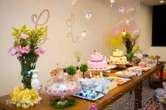 Essa Festa Jardim Encantado está literalmente encantadora, diria que até hipnotizante. Como todo Jardim encantado as flores e as cores deram o tom da decoração. Tudo em completa harmonia com os deliciosos doces, cupcakes, macarrons, bolos (sim, foram 2), folhagens e um cenário ímpar, com mobiliário rústico e peças decorativas. SOLICITEM seus PEDIDOS de orçamento para As Arteiras aqui neste link: http://goo.gl/XLqE5p