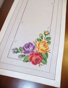 Particolare striscia con 3 rose - Dall'album di Barbara69 Cross Stitch Designs, Cross Stitch Patterns, Baby Dress Patterns, Kurti Designs Party Wear, Handicraft, Hand Stitching, Needlepoint, Machine Embroidery, Embroidery Designs
