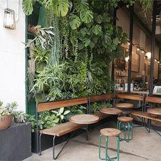 idées de design de café en plein air ideas de diseño de cafetería al aire libre ; Bar Interior, Coffee Shop Interior Design, Restaurant Interior Design, Cafe Restaurant, Studio House, Cafe Shop Design, Green Cafe, Outdoor Cafe, Remote