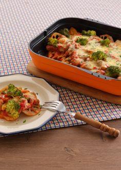 香ばしく焼いたチキンと秋野菜を使用したチーズトマトソースペンネです。 たっぷりのチーズをとろりとするまで溶かし、仕上げにイタリアンパセリをふって色鮮やかに仕上げます。
