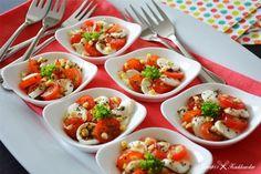 Een hapje met mozzarella, tomaat, basilicum, pijnboompitjes en balsamico. Weinig tijd om een borrelhapje te maken? Dan is deze mozzarella... Tapas, Healthy And Unhealthy Food, Healthy Eating, I Want Food, Tomate Mozzarella, Savory Snacks, Appetisers, Food Festival, Tasty Dishes