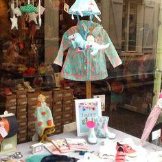 """Vitrine """"I'm singing in the Rain"""" à la boutique Lilli Bulle, 3 rue de la Forge Royale 75011 Paris. www.lillibulle.com #pluie #rain #kidstyle #billieblush #lillibulle #paris"""