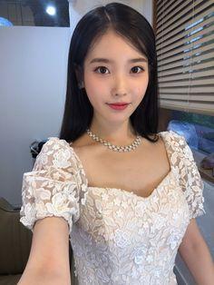 📷IU Lee Jieun discovered by Mae💋 on We Heart It Kpop Girl Groups, Kpop Girls, Iu Twitter, Snsd Yuri, Luna Fashion, Foto Pose, Korean Actresses, Beautiful Asian Girls, Ulzzang Girl