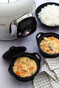 Ingrédients: (&pour 4 personnes) -800g de filet de poulet -1 gros oignon -2 carottes -200g de champignons de Paris -2 feuilles de laurier -30g de maïzena -25cl de vin blanc -20cl d'eau -1 cube de bouillon de volaille -huile d'olive ou beurre -sel, poivre -20cl de crème liquide -2 jaunes d'œufs. Recette en lien📌 #Cookéo Easy Chicken Dinner Recipes, Clean Eating Recipes For Dinner, Vegetarian Recipes Dinner, Healthy Crockpot Recipes, Easy Recipes, Dishes Recipes, Healthy Meals, Healthy Family Dinners, Dinner Healthy