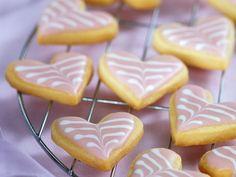 Herz-Plätzchen mit Zuckerglasur ist ein Rezept mit frischen Zutaten aus der Kategorie Mürbeteig. Probieren Sie dieses und weitere Rezepte von EAT SMARTER!