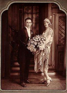 1920 wedding that is one massive bouquet! 1920 wedding that is one massive bouquet! Vintage Wedding Photos, 1920s Wedding, Vintage Bridal, Wedding Pictures, Vintage Weddings, Silver Weddings, Romantic Weddings, Wedding Couples, Wedding Bride