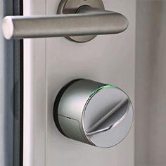 Med Danalock V3 koblet sammen med en Z-Wave sentral kan du låse og låse opp fra din mobil uansett hvor i verden du måtte befinne deg. Har du den også paret til din mobil med blåtann vil Danalock merke når du (din mobil) er i nærheten og låse opp døren. Fint å slippe å sette ned handleposene for å finne nøkkelen. Motta melding når døren blir låst eller låst opp. Du kan også dele tilgang til lås via epost eller SMS. Nyttig om huset eller hytten skal benyttes av andre. Kommuniserer via…