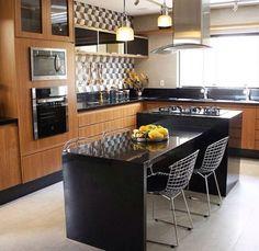 Contraste revestimento, pedra e armários. #cozinha #interiores