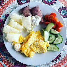 Enkel frukostlunch. Just nu hittat en ny enkel favorit. Rostbiff med färskost vitlök/örter... #lchfmat #lchfkost #lowcarb #lchf #frukost #lunch by lchfbasic