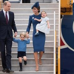 Sortie de l'avion canadien en famille