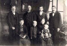 Meine Urgroßmutter Martina Schüler geb. Faust mit ihrem Bruder Sturmius Faust, obere Reihe 2. von links, ihren Söhnen Philipp (links) und Karl (hintere Reihe 2. von rechts) ihrem Schwiegersohn Anton Klitsch (rechts), ihrer Tochter Pauline und deren Söhnen Philipp und  Anton ca 1906
