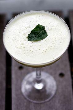 MELOEN APPEL LIMOEN MUNT SAPJE  Ingrediënten voor 1 groot glas: - Halve galiameloen in plakken - 1 appel, steeltje verwijderd - 1 limoen, gepeld - Handje munt