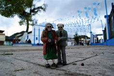(Pic 1/10) Isaac Cordal's tiny cement skeletons haunt the streets of Mexico