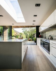 Lode House in South East England by Henry Goss Architects 4 Elegant Kitchens, Luxury Kitchens, Home Kitchens, Kitchen Interior, Home Interior Design, Handleless Kitchen, Open Plan Kitchen Living Room, Modern Architecture House, Sustainable Architecture