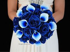 Blue roses and blue calla lilies in slightly different shades add a wow-factor without a big price tag.
