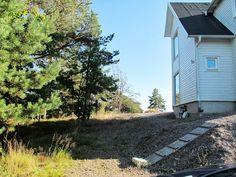 Nordöstra hörnet av huset. Ett däck (1-4m brett) längs östra husväggen. En trappa (2m-2m20 beroende på hur nära den vita trädelen av huset man vill nå).