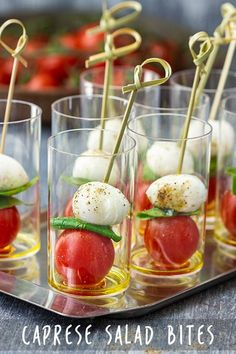 Caprese Salad Bites - Appetizer Addiction A fancy looking appetizer that is ready in minutes! Caprese salad bites are easy to make and crowds love them. These refreshing bites are drizzled with olive oil, secured with a stick and served in a mini glass. Easy Dinner Recipes, Appetizer Recipes, Appetizer Buffet, Canapes Recipes, Party Recipes, Easy Dinners, Fancy Appetizers, Individual Appetizers, Shower Appetizers