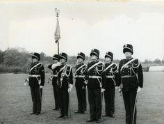 De Standaardwacht van de Koninklijke Marechaussee met de standaard.