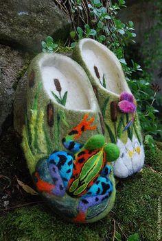 Обувь ручной работы. Заказать Тапочки 39 «Лягушка в камышах». Угринович Ирина. Ярмарка Мастеров. Рисунок шерстью