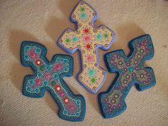 Tres cruces, elaboradas en madera pintada y decoradas con técnica de puntillismo...! Hechas por encargo....Teléfonos: 0251-9299804 / 0424.5318619