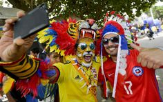 Supporters of Colombia (L) and Chile (R) wait for the start of the 2018 World Cup qualifier football match between their teams in Barranquilla, Colombia, on November 10, 2016. / AFP / LUIS ROBAYO