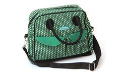 Deze superhandige ruime handtas in grafische print heeft een effen zwarte rugzijde en een ritsstluiting. De voorzijde...