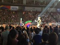 @ZacEfron went to the front of the runway to greet his fans #PENSHOPPEFanCon2012